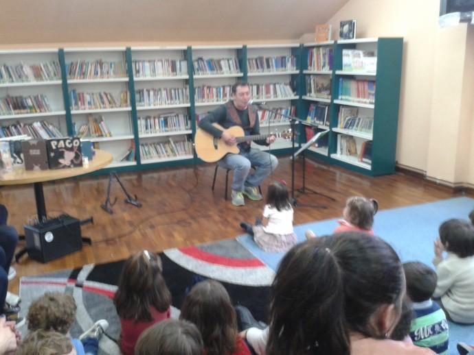 O pasado 25 de abril para celebrar o Día do Libro cos máis pequenos,  Pablo Díaz ofreceunos unha sesión de música e contos para bebés.  Os nenos e nenas e tamén os pais gozaron da música de Pablo e das súas historias.